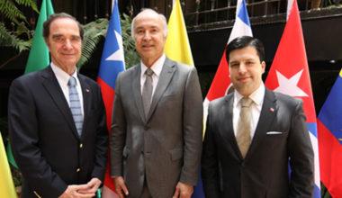 Exalumno de Derecho UAI participa de Cumbre en Medellín